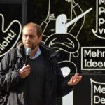 Prof. Dr. Uwe Volkmann bei seinem Beitrag in der Speaker's Corner vor dem Streitbus.